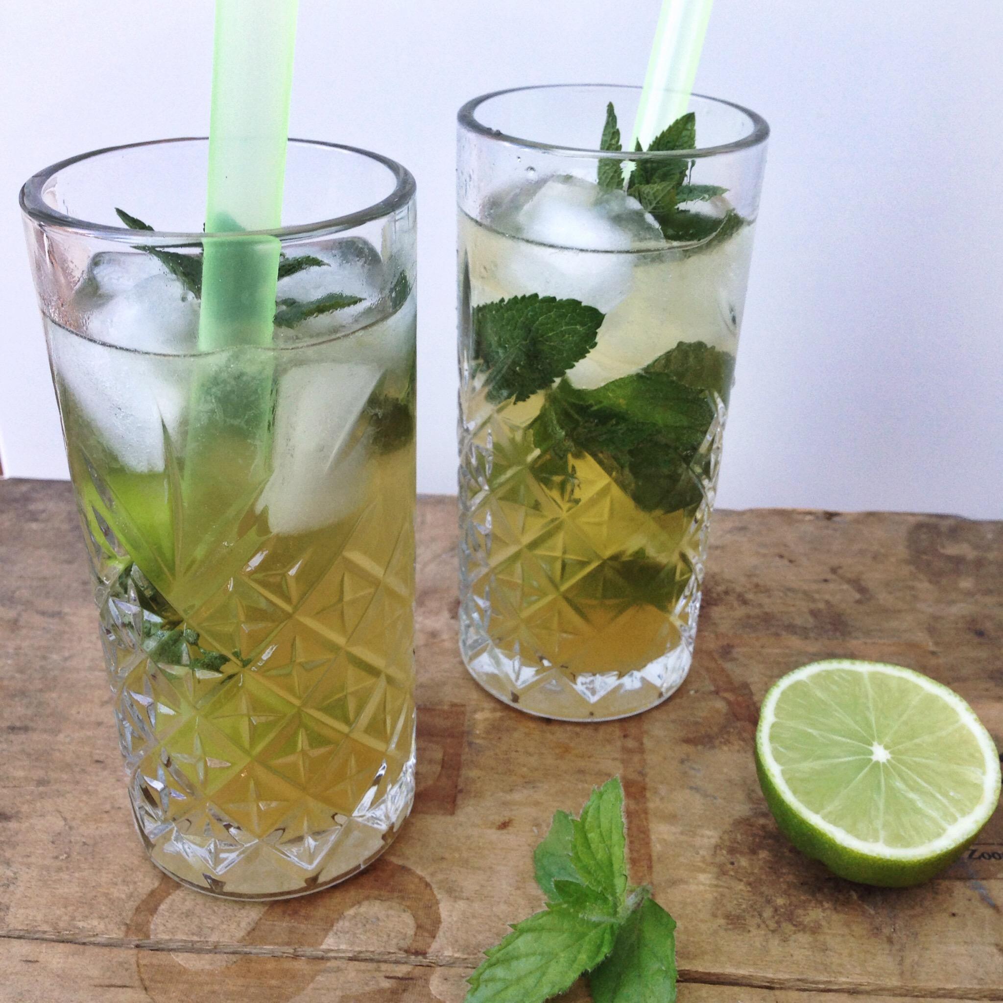 Mojito cocktail met muntsiroop
