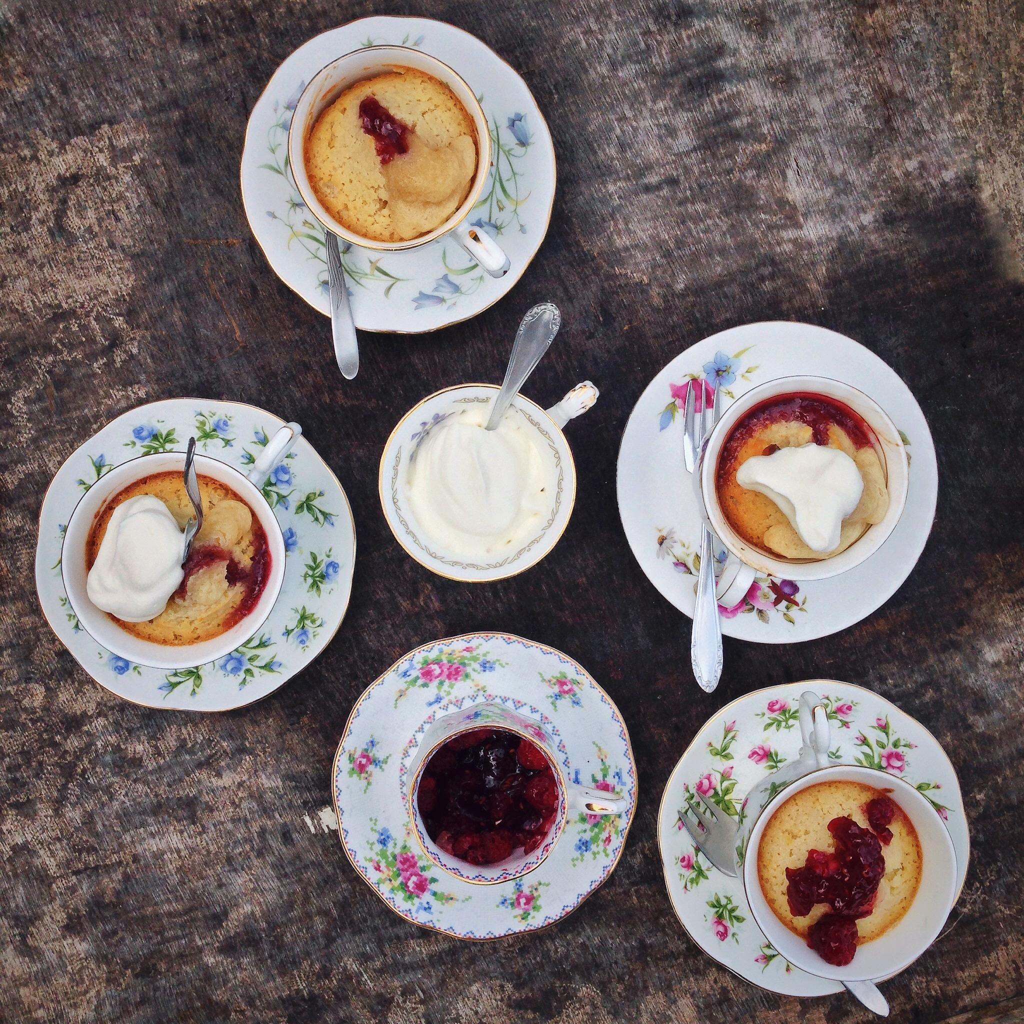 Kokos frambozencakejes in koffiekopjes