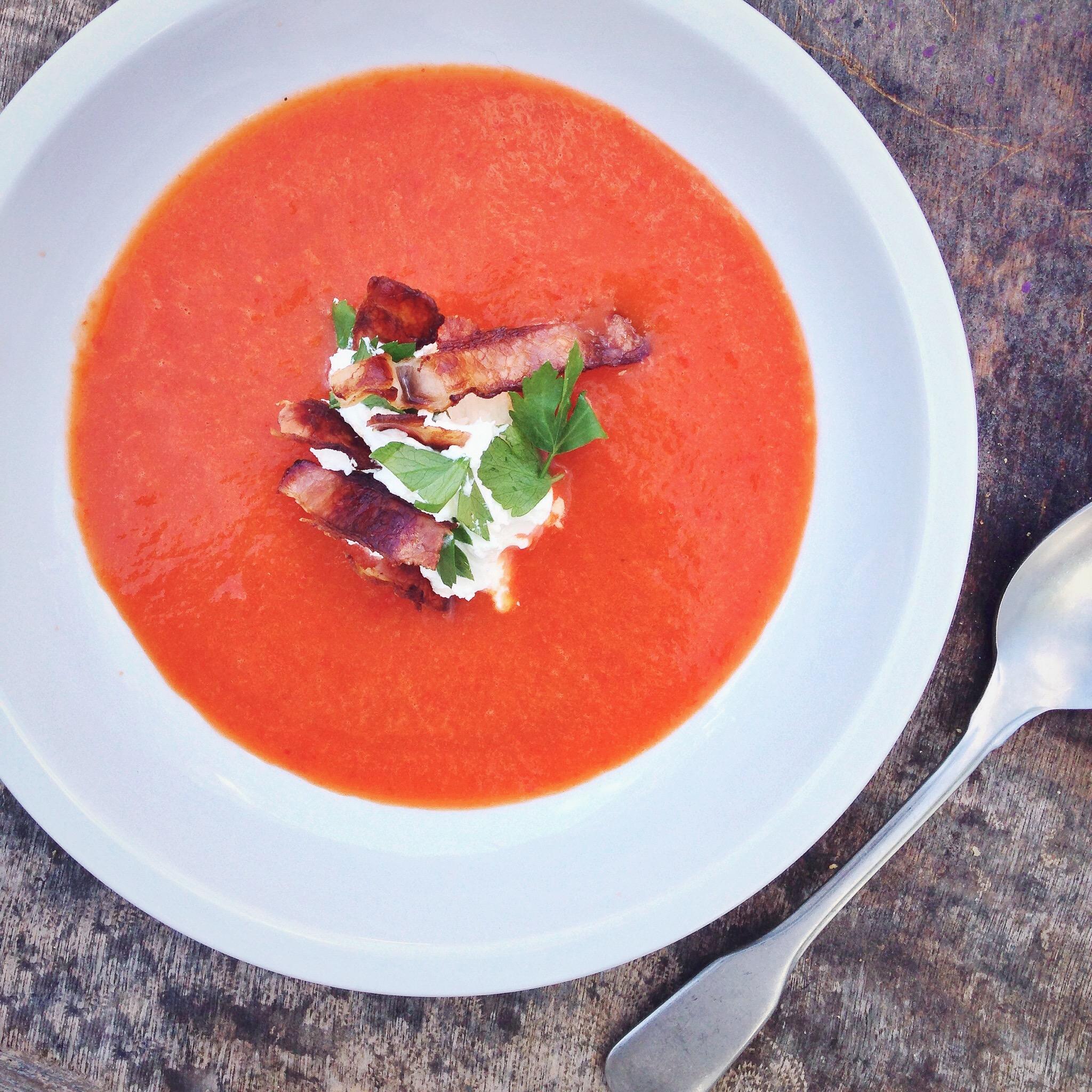 Rode paprikasoep met yoghurt en spek, by Cookingdom