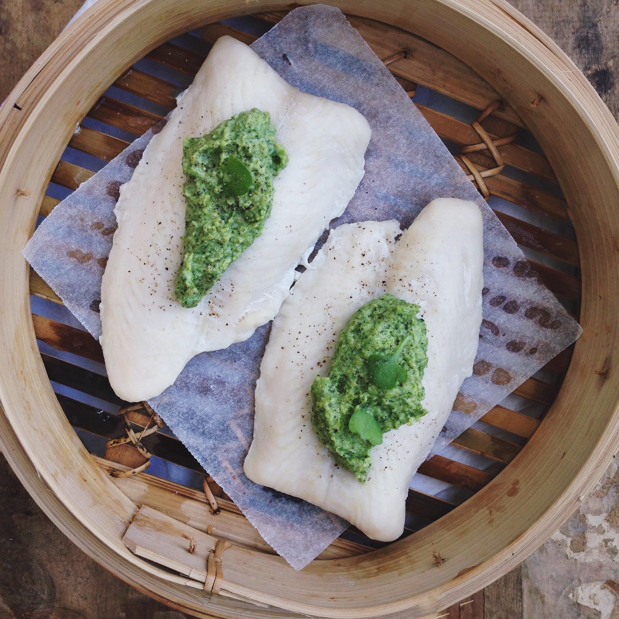 Gestoomde vis met een frisse pesto