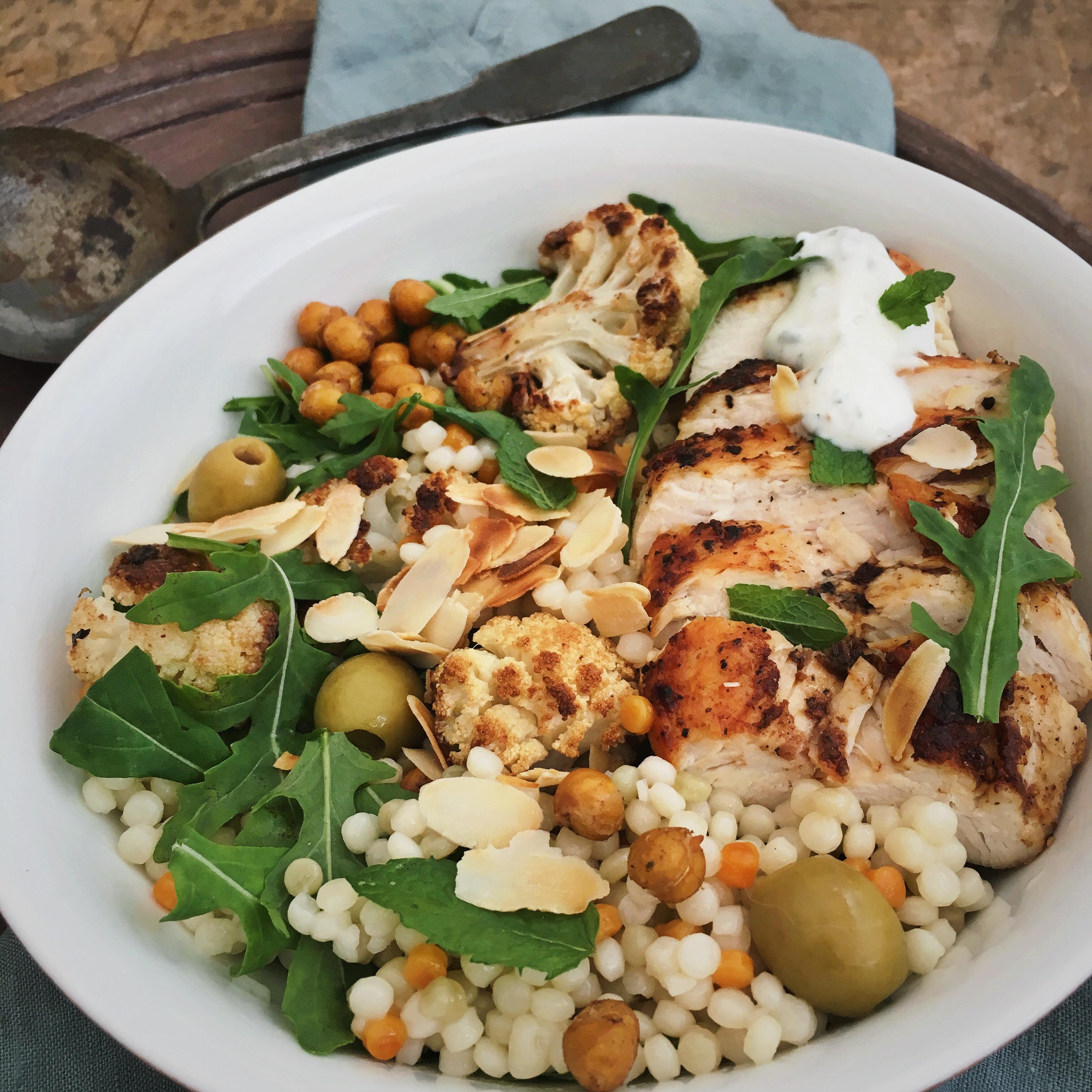 Parelcouscous salade met geroosterde bloemkool en kip