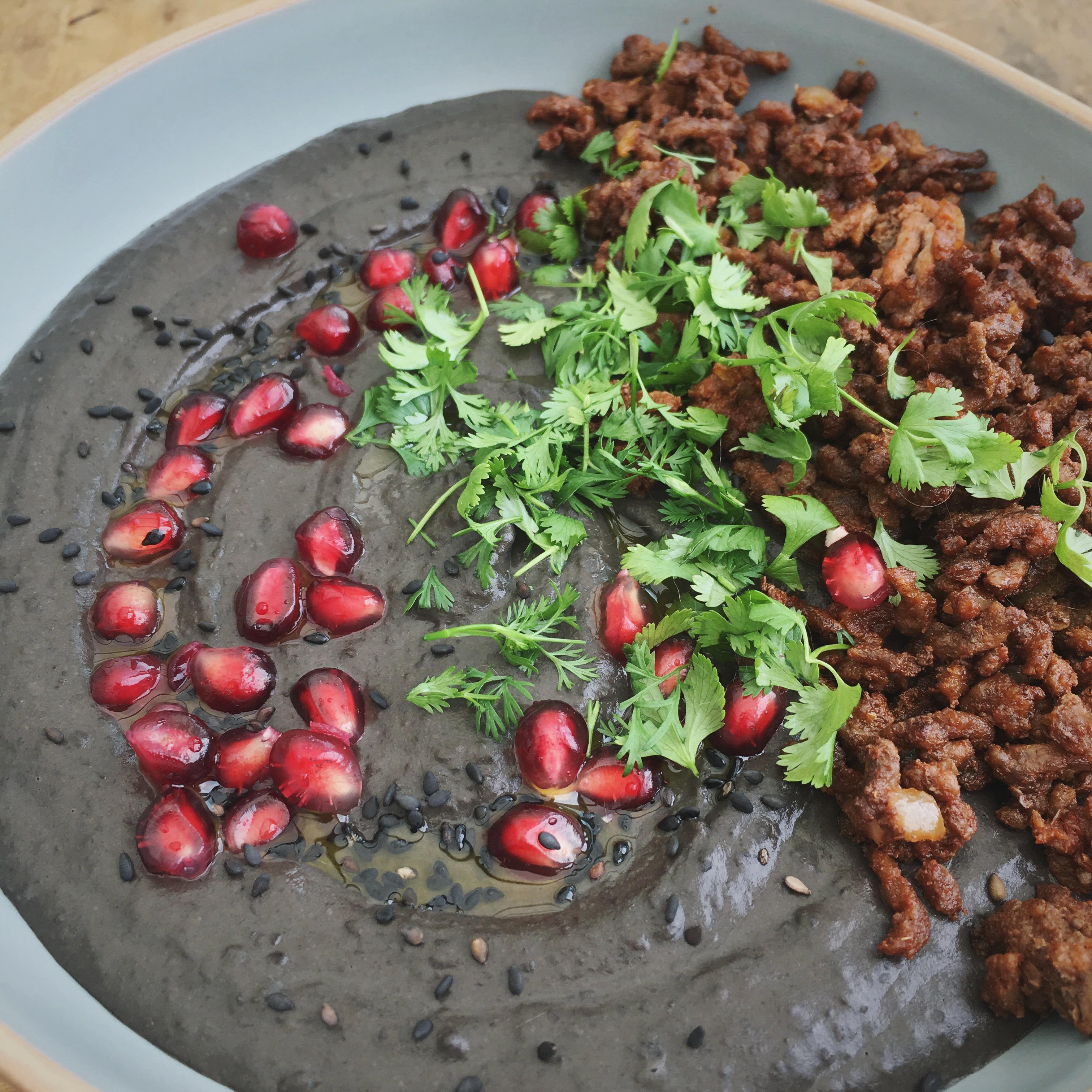 Zwarte bonen hummus met gekruid gehakt