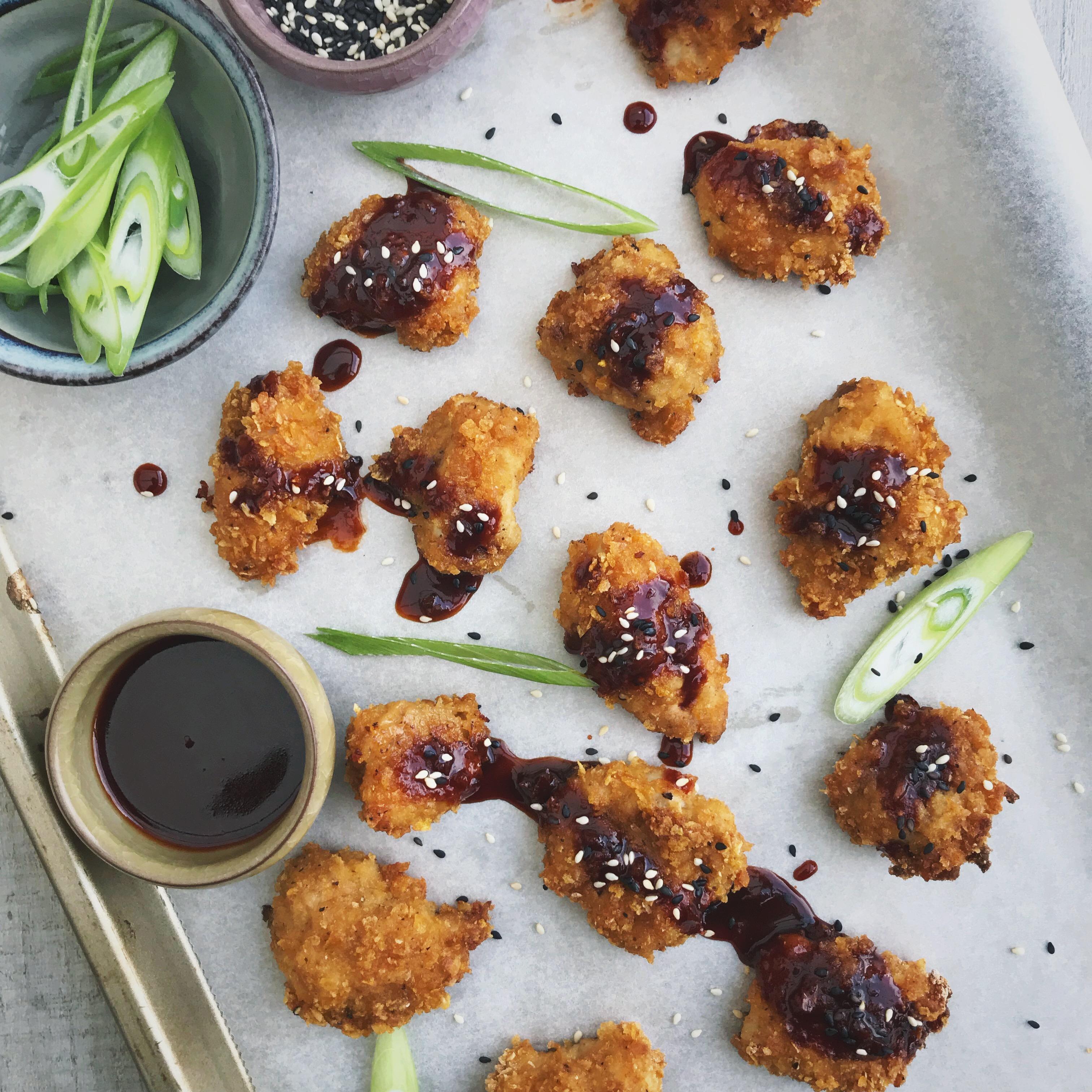 Cornflakes kipnuggets met Koreaanse dipsaus