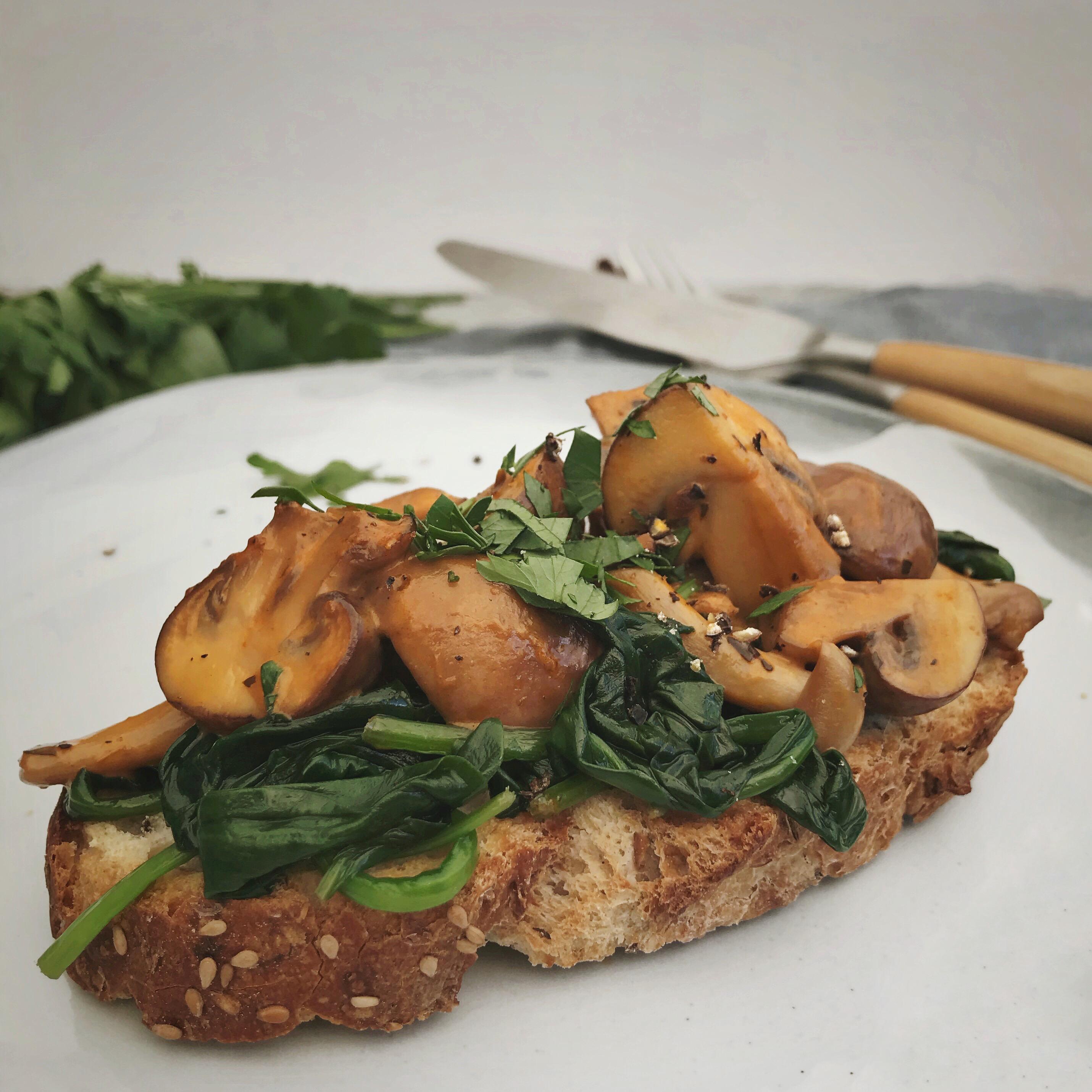 Toast met stroganoff champignons en spinazie