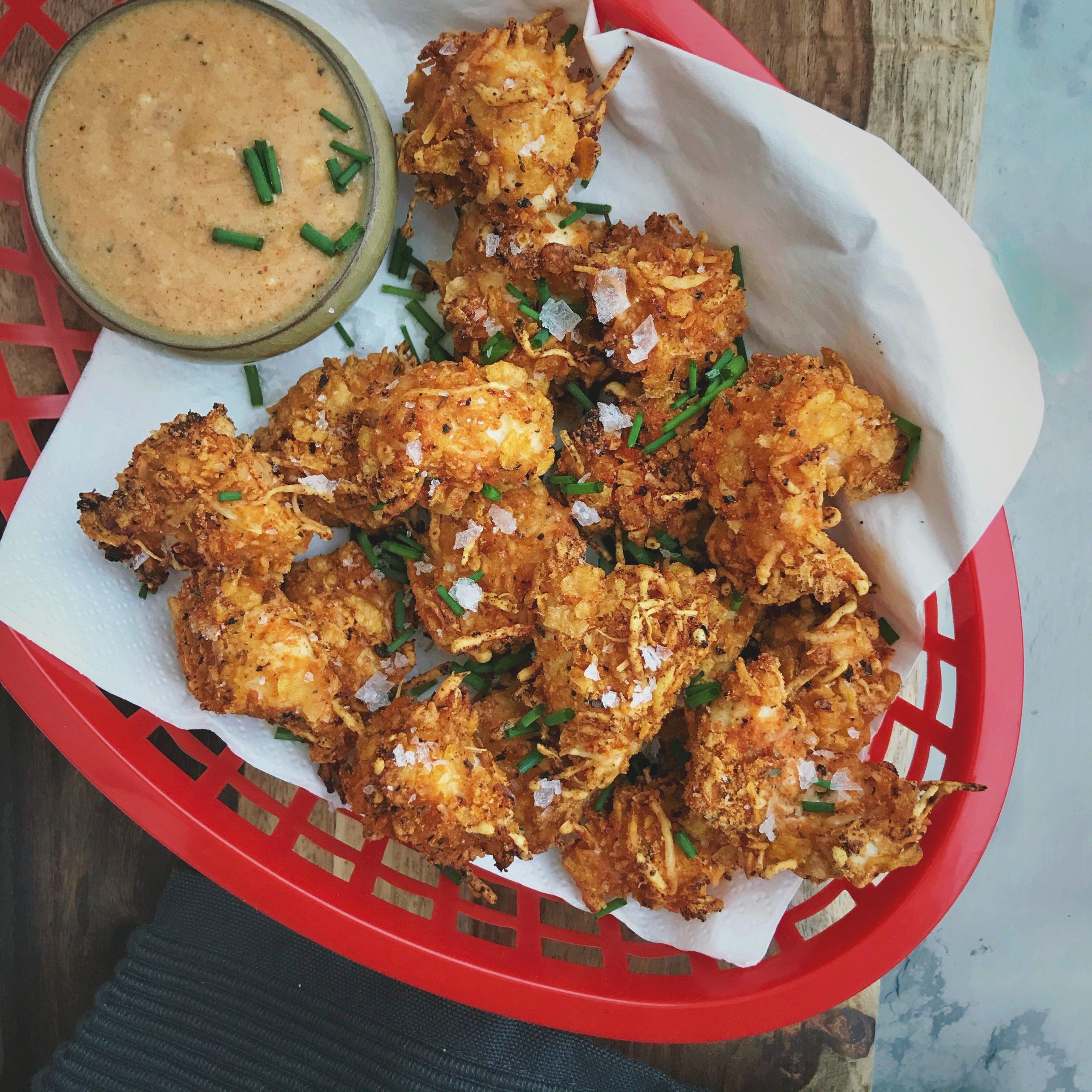 Popcorn chicken met een pittige honingmosterdsaus