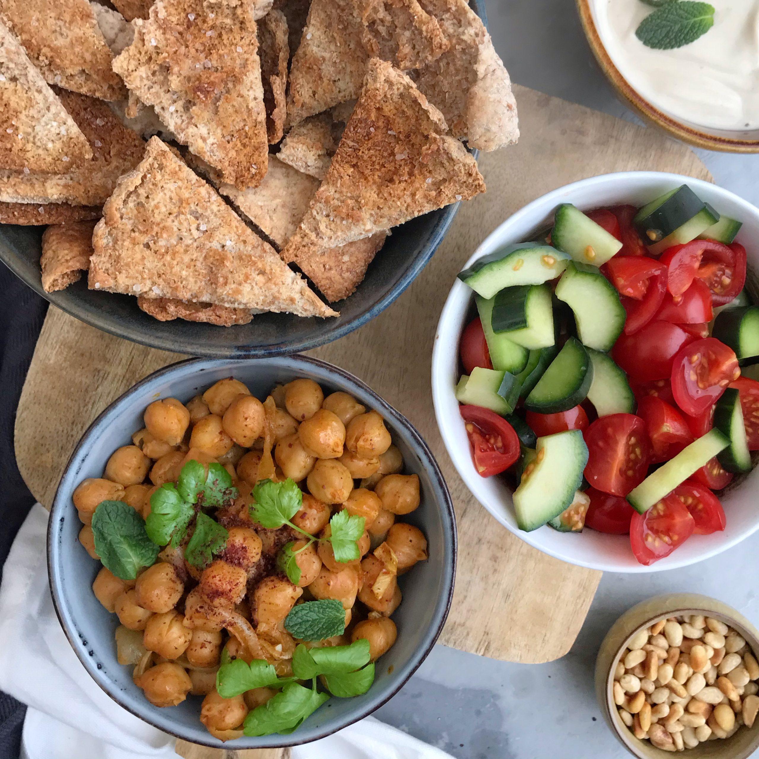 Ras el hanout kikkererwten met pita chips en tahin yoghurt saus